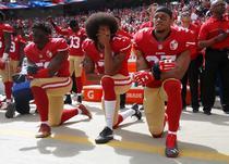 Jucatori NFL ingenunchind. Colin Kaepernick, in centru