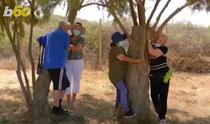 oameni imbratisand copaci in Israel
