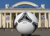 O minge in fata garii din Harkov, Ucraina, la Euro 2012