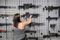 Clienta la magazin de arme din Florida