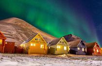 Aurora boreala si casele din Longyearbyen