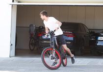 Gerard Pique pe bicicleta