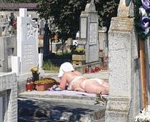 la plaja in cimitir