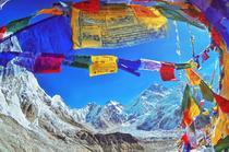 Varfurile Everest si Nuptse si steaguri de rugaciune