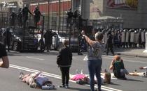Femeile infrunta fortele de ordine la Minsk