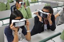Elevi care folosesc VR într-o școală din Beijing