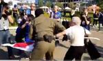 VIDEO Nou protest al femeilor în Belarus: Poliția a început din nou arestările / Lupta pentru steag dintre o femeie de 73 de ani și un jandarm