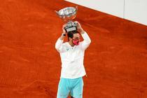 Rafael Nadal, impreuna cu trofeul de la Roland Garros