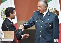 Generalul Salvador Cienfuegos Zepeda (dreapta)