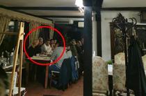 Marcel Ciolacu si Mihai Tudose la o masa cu mai multe persoanela o pensiune