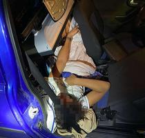 Minor ascuns in masina