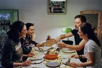 Românii încetinesc ritmul în care consumă
