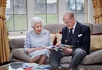Regina Elizabeth și Printul Philip (sursa: The Royal Family)