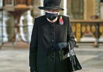 Regina Elizabeth purtand masca