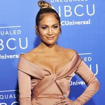 Jennifer Lopez la NBCUniversal UpFront, purtând inelul Pheres