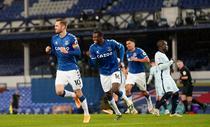 Sigurdsson inscrie, Everton castiga