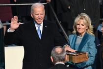 Joe Biden depunand juramantul