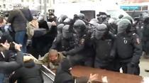 Protestatarii rusi, batuti violent