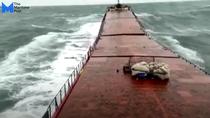 Nava Arvin rupandu-se in doua