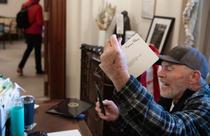 Richard Barnett în biroul lui Pelosi