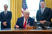 Donald Trump alaturi de Steve Mnuchin si Mike Pompeo