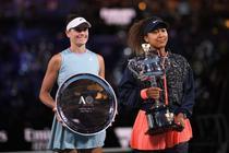 Naomi Osaka cu trofeul de la Australian Open