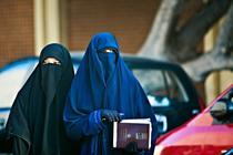 Femei musulmane purtand burka