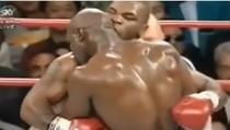 Mike Tyson il musca pe Evander Holyfield