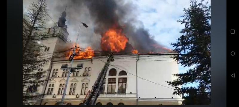 VIDEO Incendiu la Palatul Administrativ din Suceava / Prefect: Acoperișul este cu mult lemn, clădirea este veche - Hotnews Mobile