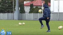 Mircea Lucescu si mingea de fotbal