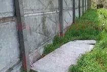 Copil zdrobit de doua placi de beton