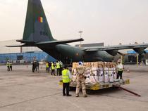 Aeronava militara transporta echipamente medicale