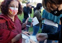 Persoana din Israel arata aplicatia Semafor care dovedeste ca este vaccinata