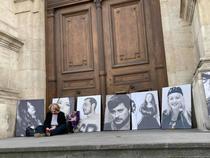 Supravietuitori si rude ale victimelor din Colectiv, protest pe treptele Curții de Apel Bucuresti
