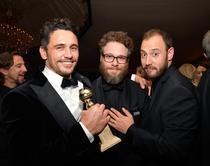 James Franco (stanga) alaturi de Seth Rogen (centru)
