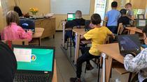 Copii in sala de clasa digitalizata