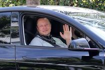Elon Musk intr-o masina Tesla