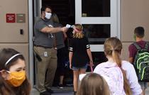 Elevii se intorc la scoala in SUA cu masti de protectie