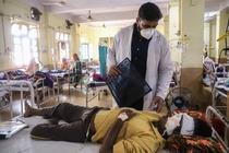 Medic tratand un pacient cu mucormicoza in India