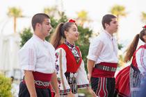 Tineri din Bulgaria in costume populare