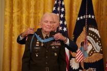 Colonelul Ralph Puckett, decorat la casa Alba