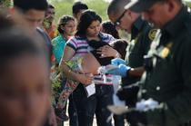 Sute de migranti romani de etnie roma traverseaza granita dintre Mexic si SUA