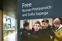 Afiș ce denunță arestarea jurnalistului belarus Roman Protasevici, în sediul PE de la Strasbourg