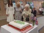 Regina Elisabeta a II a taie tortul cu sabia