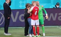 Kasper Schmeichel, alături de Simon Kjaer și soția lui Eriksen