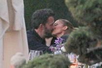 Jennifer Lopez si Ben Affleck au fost surprinsi luni sarutandu-se