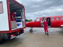 Avion SMURD care transportă doze de vaccin