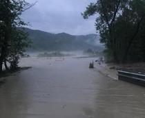Drumuri inundate in Vrancea