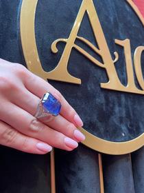 """""""Natural Blue"""" - inel din aur în două culori, decorat central cu tanzanit deep bluish-violet și briliante, însoțit de certificat gemologic ALGT, provine din colecția unui arhitect"""