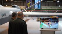 Generali iranieni inspectand o drona dezvoltata de cercetatorii tarii
